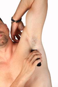 Achseln rasieren mit dem Trockenrasierer