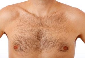 Eine Behaarte Brust ist nicht für jedermann etwas. Daher greifen viele zu einem Rasierer.