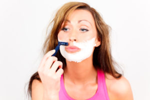 Damenbart rasieren